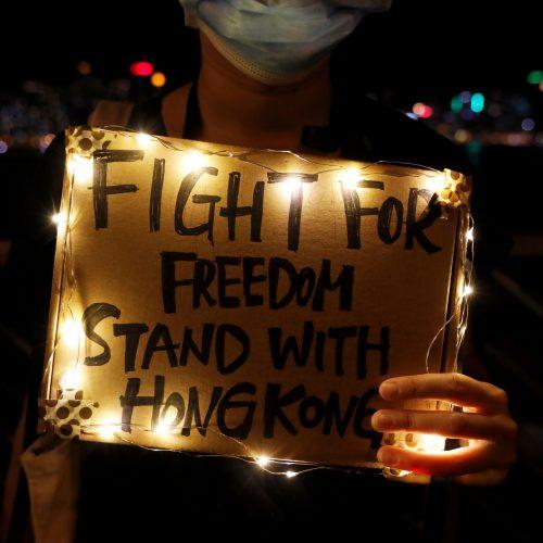 Honkonge protestuotojai susikibo į žmonių grandinę  © Scanpix nuotr.