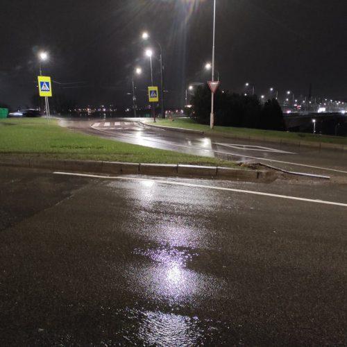 """Prie Varnių tilto apsivertė """"Mercedes-Benz""""  © Manto Klimavičiaus nuotr."""