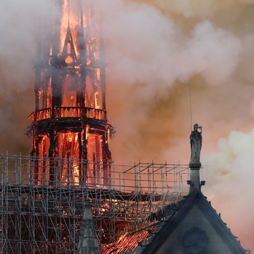 Didelis gaisras Paryžiaus Švč. Dievo Motinos katedroje   © Scanpix nuotr.