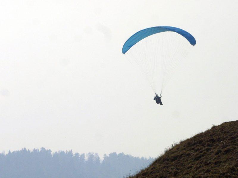 Ukmergės rajone nukrito motorizuotą parasparnį pilotavęs vyras