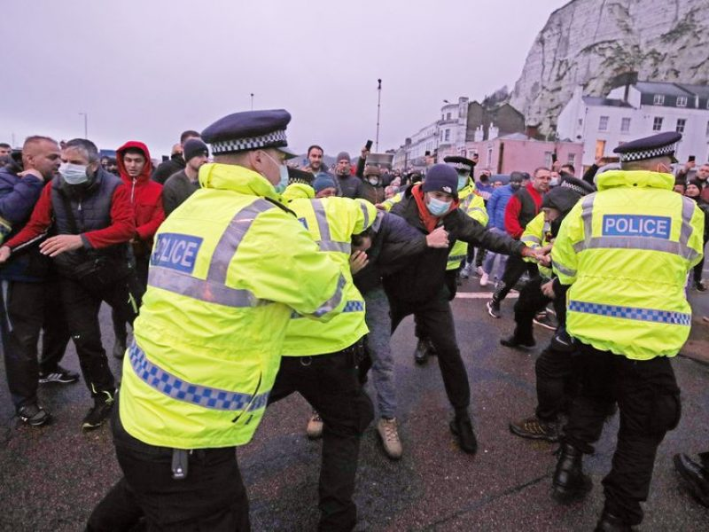 Anglijos uoste vilkikų vairuotojai susigrūmė su policija