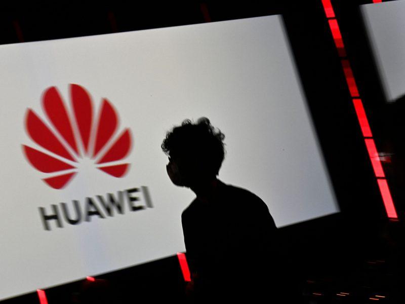 """Daugelyje šalių spaudimą patirianti """"Huawei"""" skaičiuoja kuklesnes pajamas"""