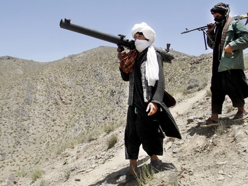 Laisvę atgavę talibai Afganistane vėl imasi ginklo