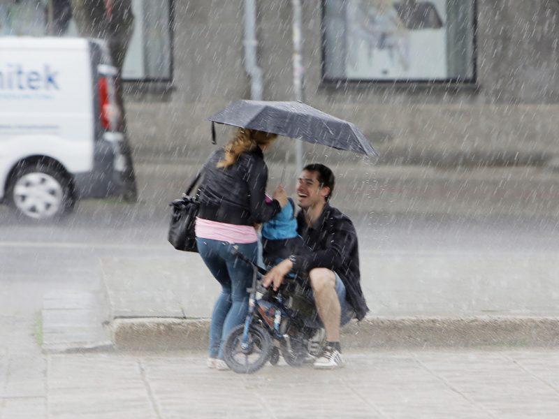 Pajūryje prireiks rūbų nuo lietaus ir vėjo
