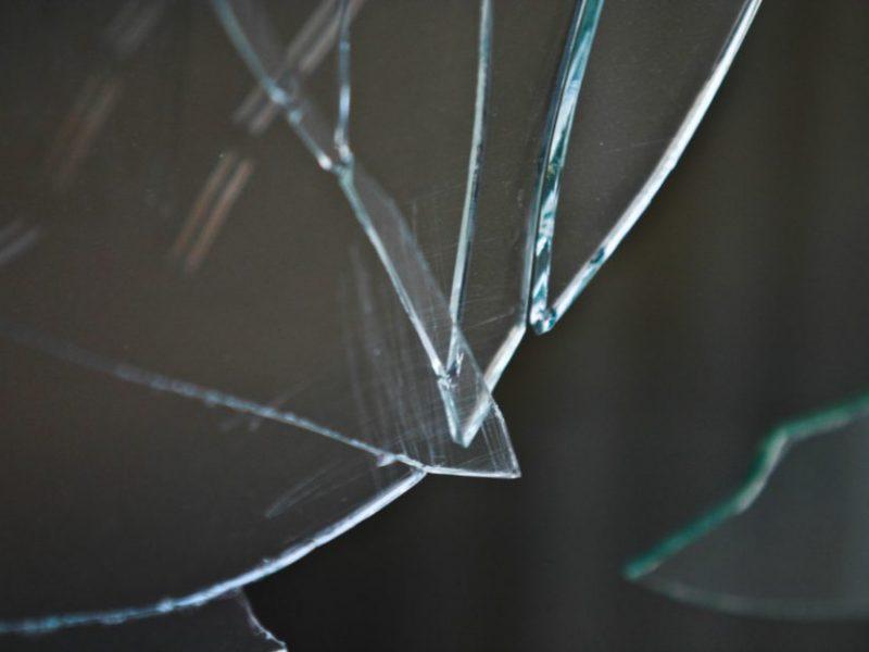 Naktį Klaipėdoje vandalai nesnaudė: išdaužė BMW langą ir pavogė žibintus