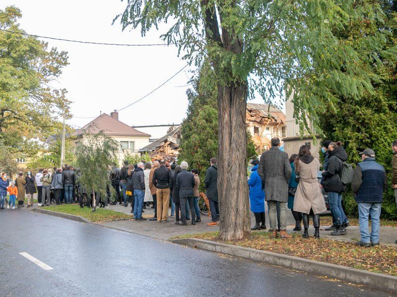Žmonės susirinko pasirašyti peticiją dėl griaunamo Perkūno alėjos namo