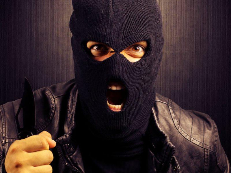 Panevėžyje – apiplėšimas: kaukėtas vyras iš parduotuvės pagrobė kasos aparatą