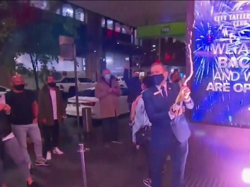 Sidnėjuje nutrauktas karantinas: gyventojai jau vidurnaktį ėmė švęsti laisvę