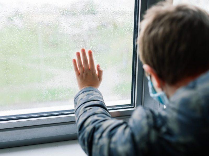Nelaimė Radviliškio rajone: pro atvirą langą iškrito be priežiūros paliktas keturmetis