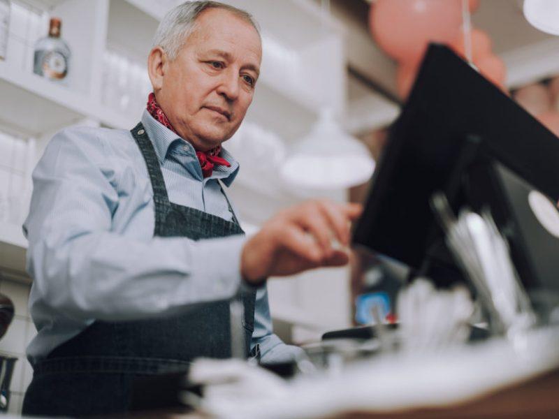 Padėtis darbo rinkoje – kritiška: nors trūksta darbo jėgos, verslas vyresnių žmonių priimti nenori