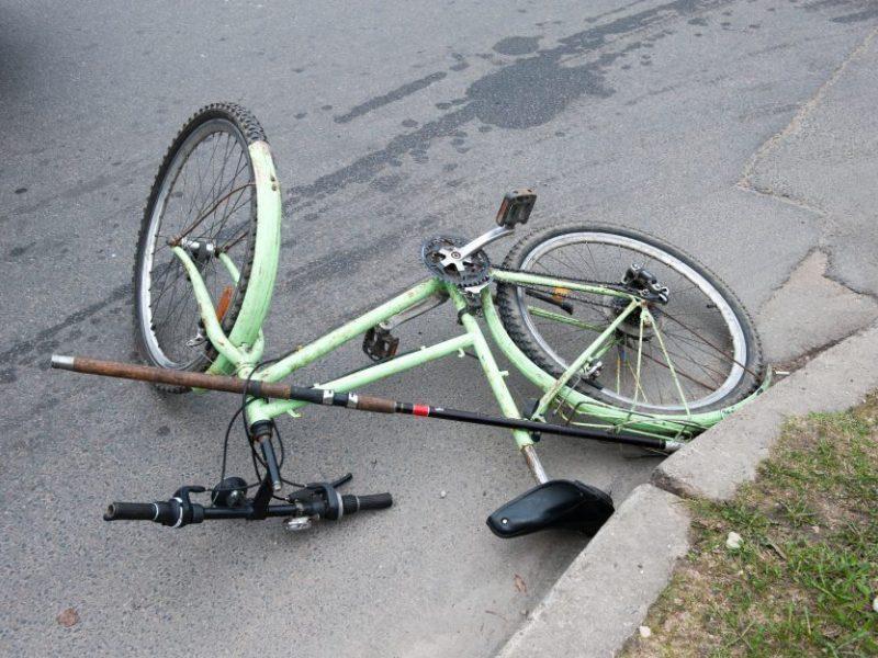 Nelaimingas susidūrimas Krekenavoje: nukentėjo automobilio nepraleidęs jaunas dviratininkas