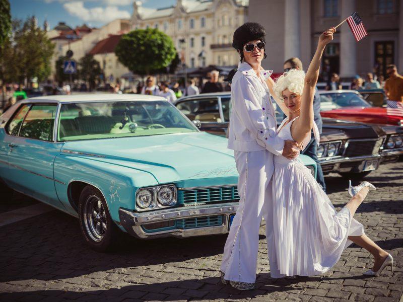 Senovinių amerikietiškų automobilių paroda Rotušės aikštėje