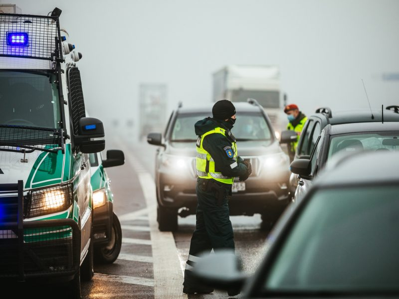 Policija apgręžė per 2 tūkst. vairuotojų, dėl karantino pažeidimų nubausti 95 žmonės