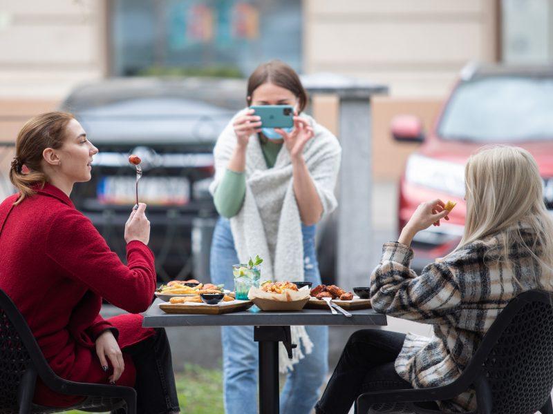 Naujausi karantino atlaisvinimai: nebelieka darbo laiko ribojimų kavinėms