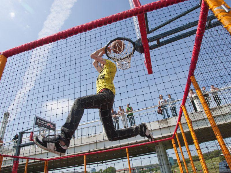 Nauja krepšinio aikštelė prie Baltojo tilto džiugino neilgai – užkliuvo chuliganams