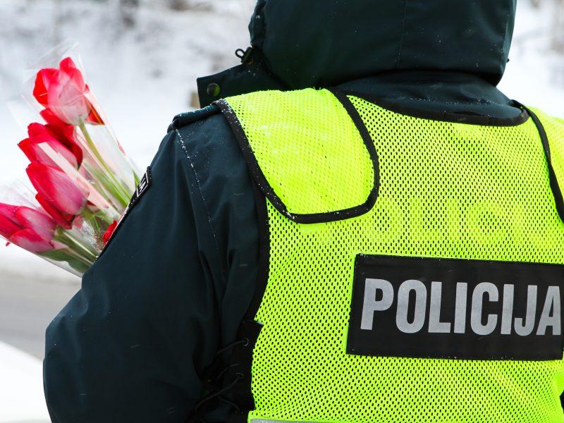 Vilnietes sveikino ir kelių policijos pareigūnai