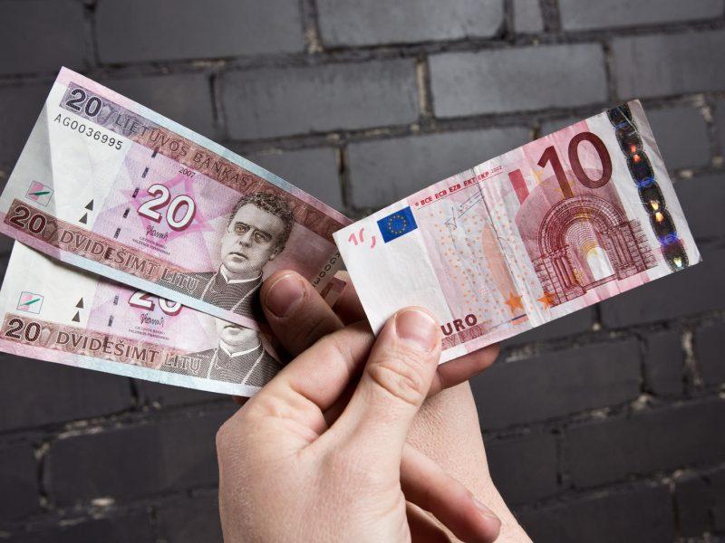 Artėjantis euras skatins verslą mažinti grynųjų pinigų kiekius