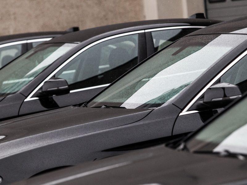 Vyriausybės kanceliarija atsisako prabangių automobilių: privilegijos – nebūtinos
