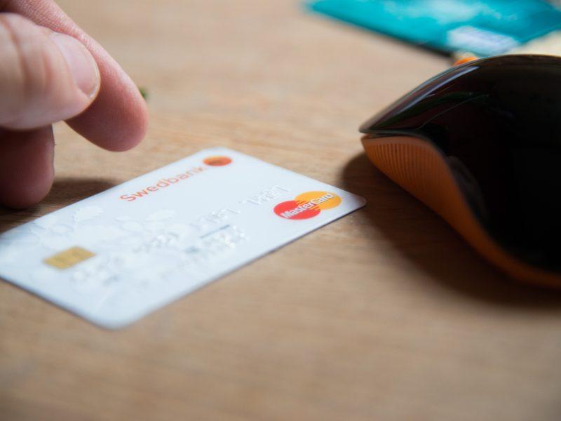 """Perkant internetu, """"Swedbank"""" kodų kortelės nebegalios"""