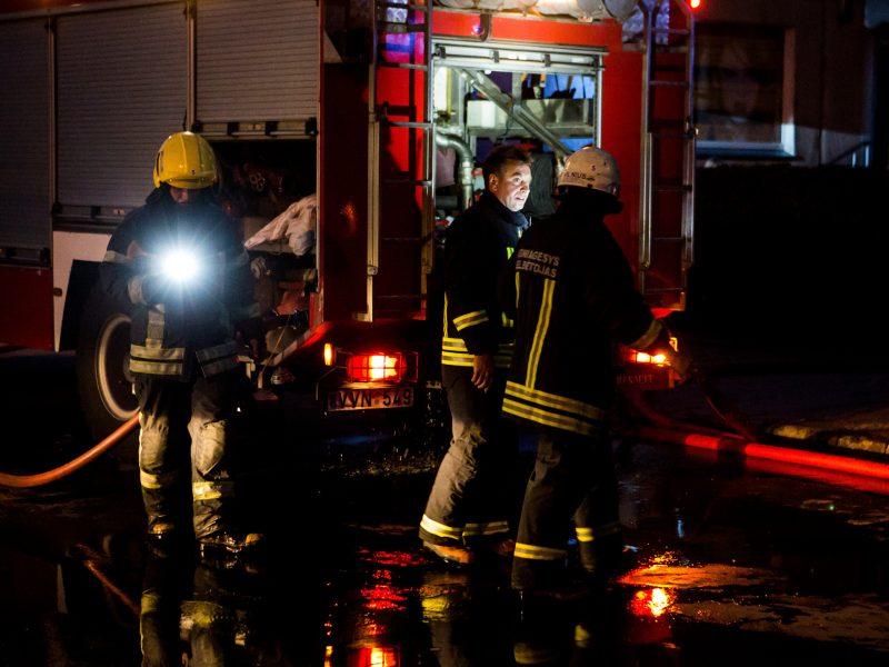 Ugniagesiai skubėjo į Žiežmarius gesinti buto