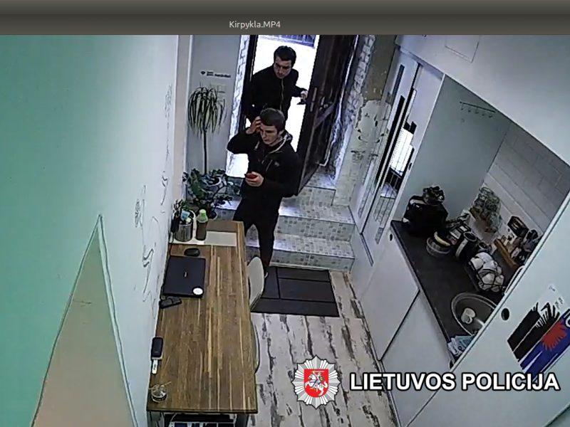 Padėkite atpažinti: šie du vyrai įtariami apvogę grožio saloną