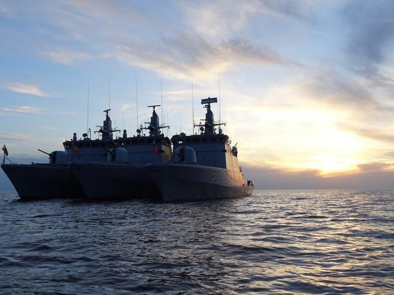 Lietuvos karo laivas treniruojasi su Vokietijos povandeniniu laivu