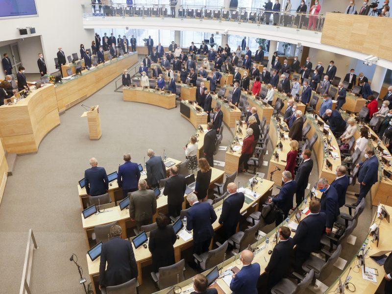 Siūloma nemažinti Seimo nariams talkinančių tarnautojų darbo krūvio