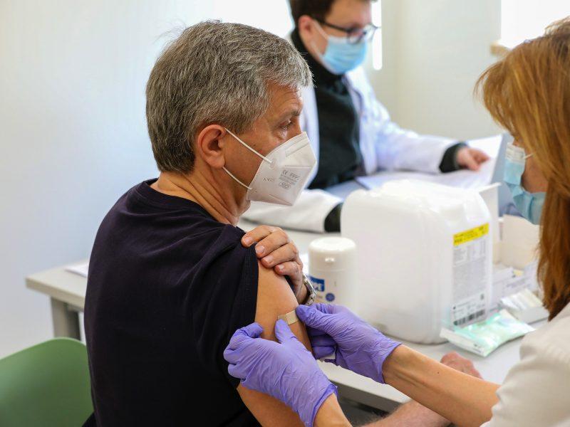 Kauno klinikų darbuotojai jau skiepijami antrąja COVID-19 vakcinos doze