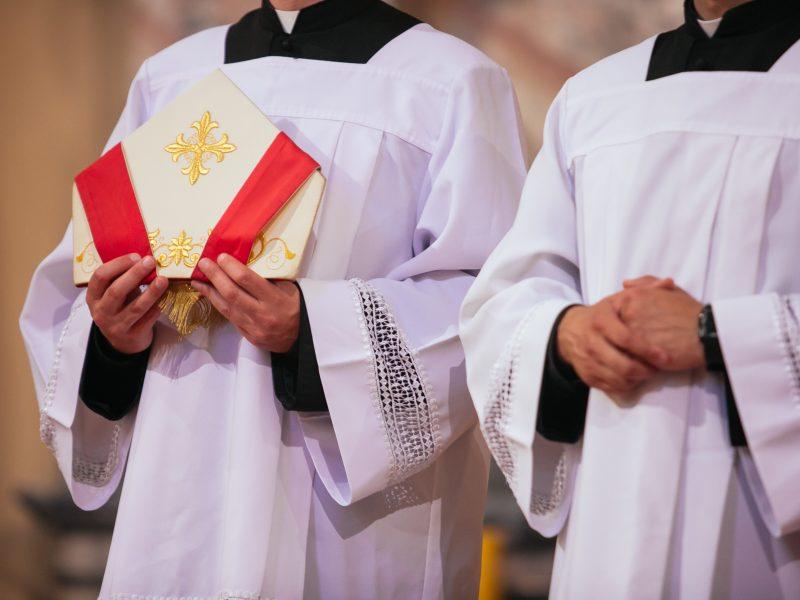 Ar pagrįstai nuo karo prievolės atleidžiami tik tradicinių religijų dvasininkai?