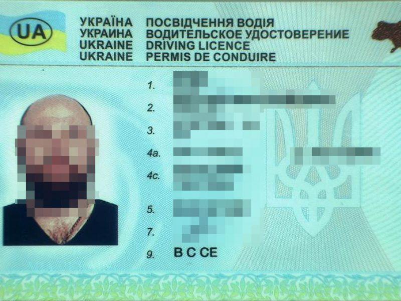 Į areštinę uždarytas, kaip įtariama, suklastotą vairuotojo pažymėjimą turėjęs vyras