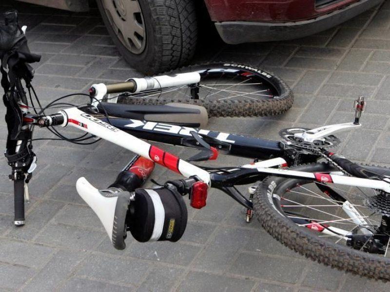 Vilniaus rajone neblaivi dviratininkė rėžėsi į kario automobilį
