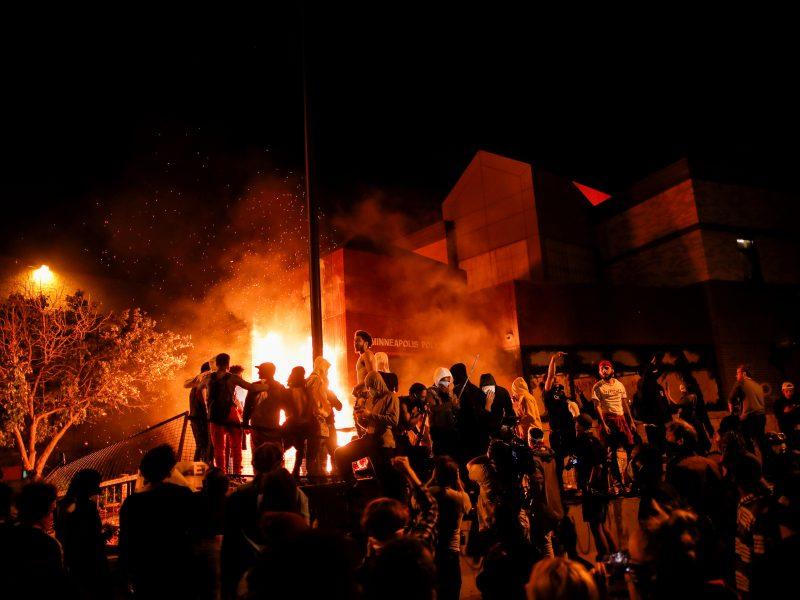 Dėl G. Floydo nužudymo protestuojantys demonstrantai padegė Mineapolio nuovadą