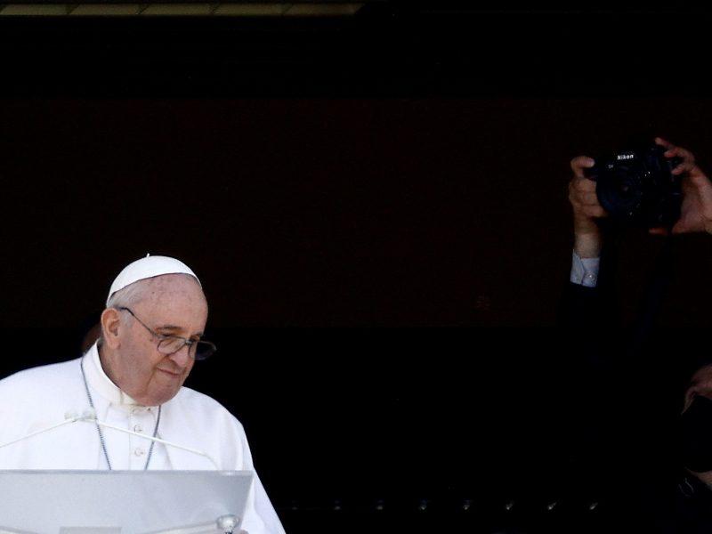 Po operacijos atsigaunantis popiežius Pranciškus praleis sekmadienio Mišias