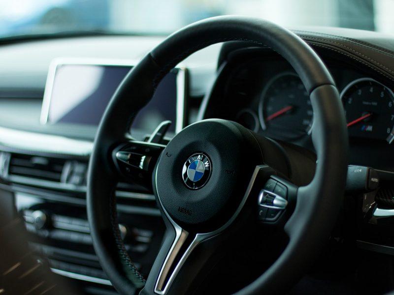 """Automobilių stovėjimo aikštelėje vagys įžūliai """"išrankiojo"""" BMW"""