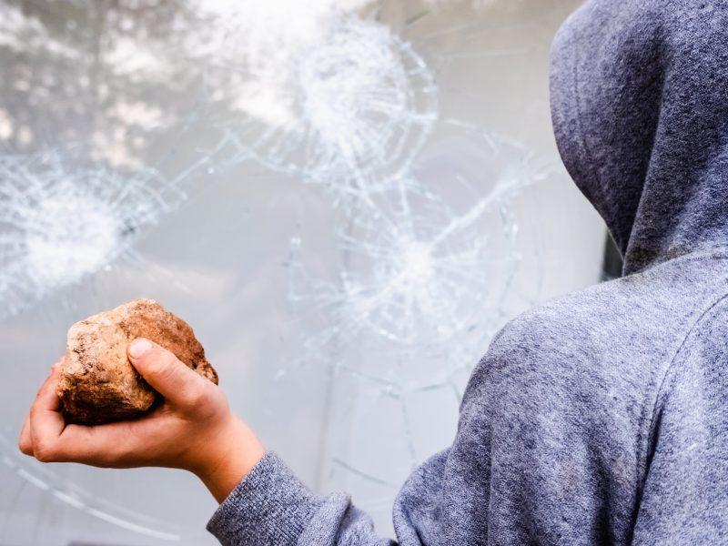 Vilniuje nepažįstamas nepilnametis akmeniu sužalojo septynmetį