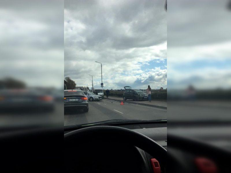 Avarija Karaliaus Mindaugo prospekte: vienas automobilis užlėkė ant šaligatvio