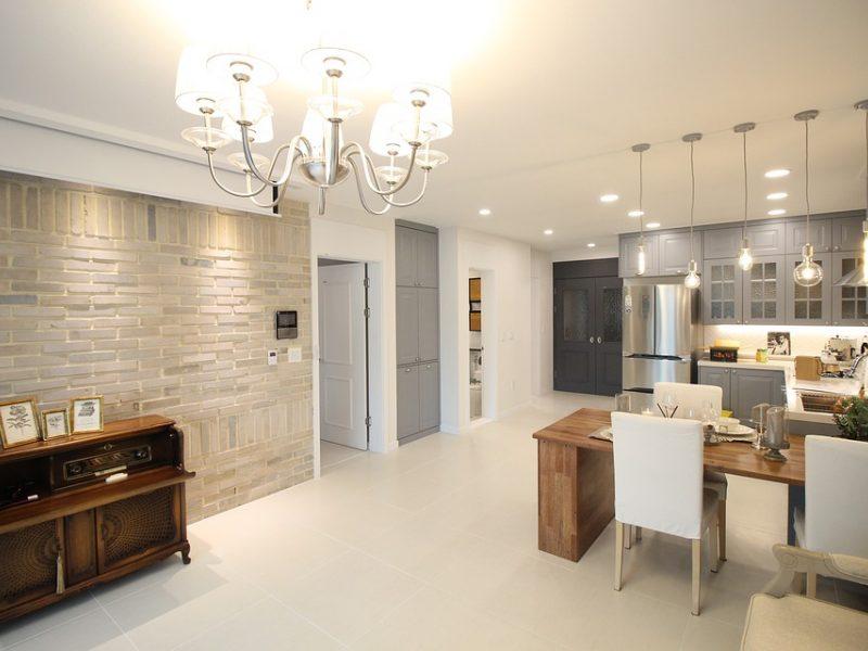 Kaip išdėstyti apšvietimą namuose, kad būtų patogu, šviesu ir jauku