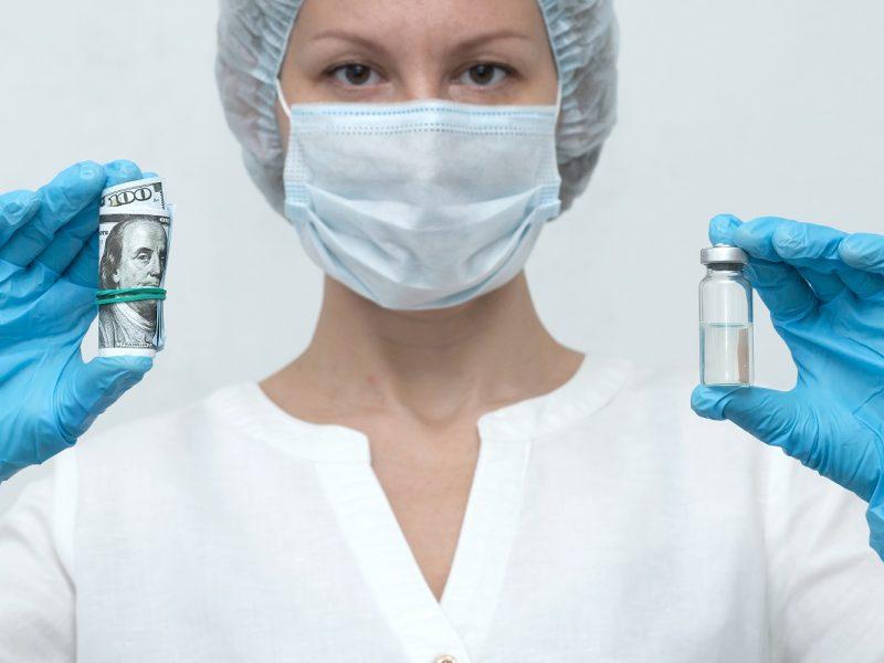 Pelnas iš COVID-19 vakcinų: milijardieriais tapo mažiausiai devyni žmonės