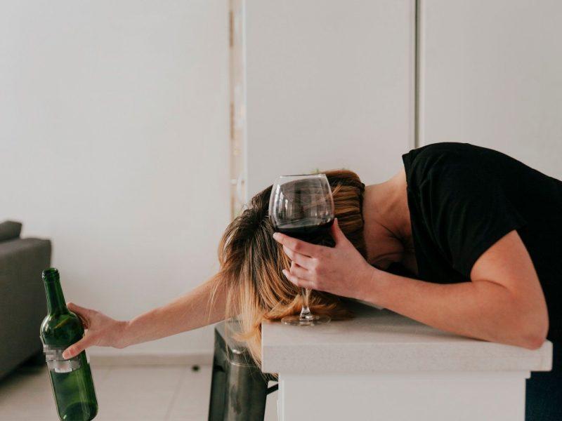 Girtutėlė moteris ant kojų sukėlė tarnybas: per balkoną tiesė virvę, kad gautų dar alkoholio