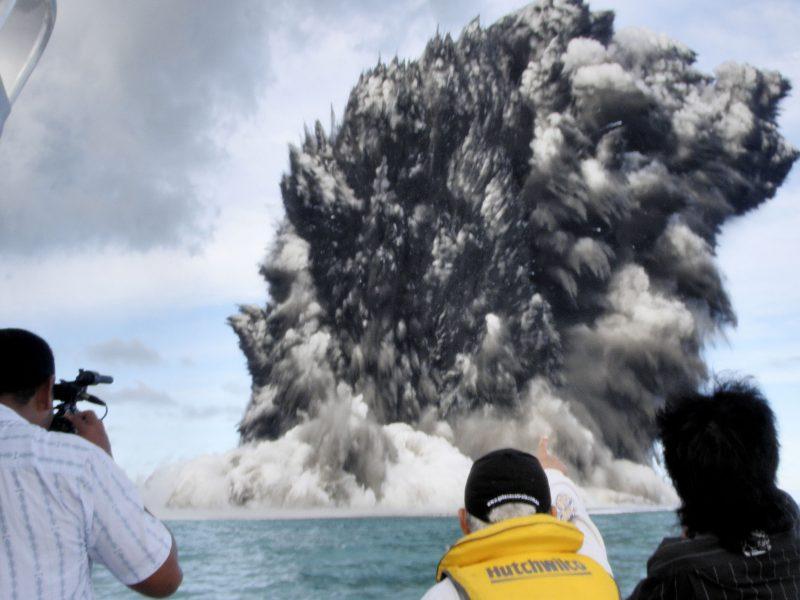 Tongos salyne dėl ugnikalnio išsiveržimo atsirado nauja sala