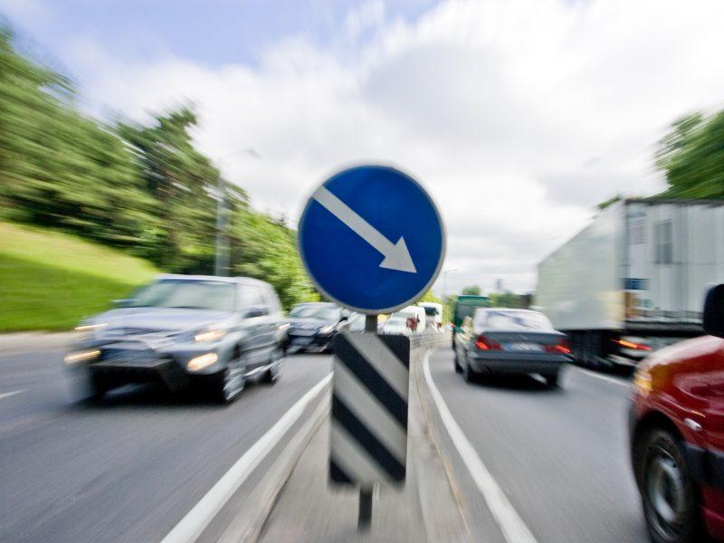Perspėja vairuotojus: kelio danga nesaugi – gali tekti riboti greitį