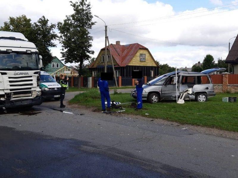 """Vilkikas rėžėsi į """"Pontiac"""", garbaus amžiaus vairuotojas išvežtas į ligoninę"""