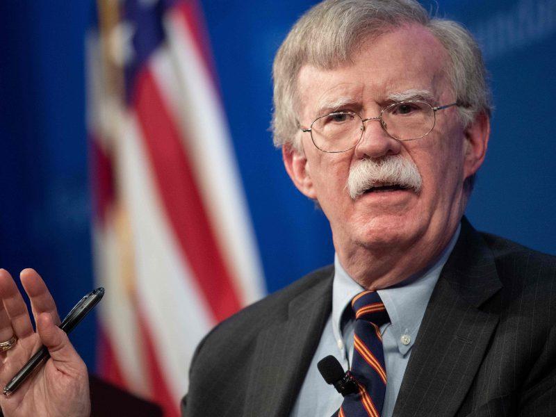 J. Boltonas: D. Trumpas ir V. Putinas nesusitiks, kol Maskva negrąžins Ukrainai laivų