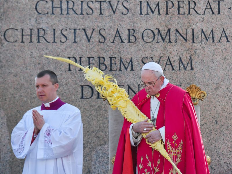 Popiežius Pranciškus palaimino palmių šakeles, prasideda Didžioji savaitė