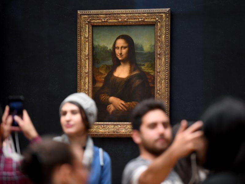"""""""Mona Liza"""" sugrįžo: garsiuoju paveikslu vėl galima gėrėtis įprastoje vietoje"""