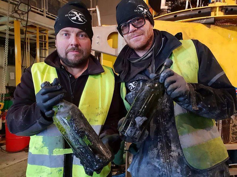 Iš Baltijos jūroje nuskandinto laivo iškelta šimtai alkoholinio gėrimo butelių