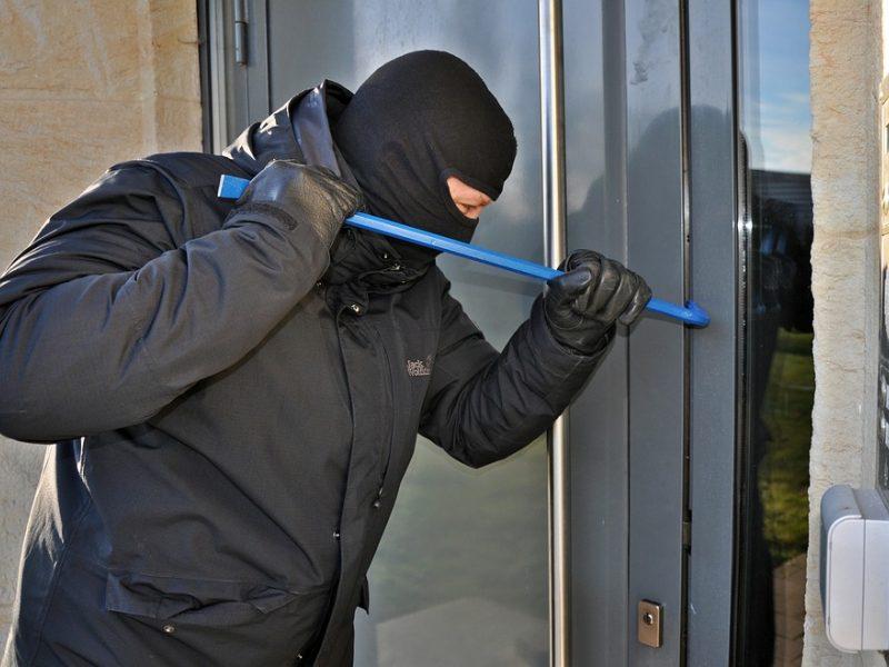 Klaipėdietis, kaukėtiems vyrams atidaręs duris, sulaukė smūgio lazda