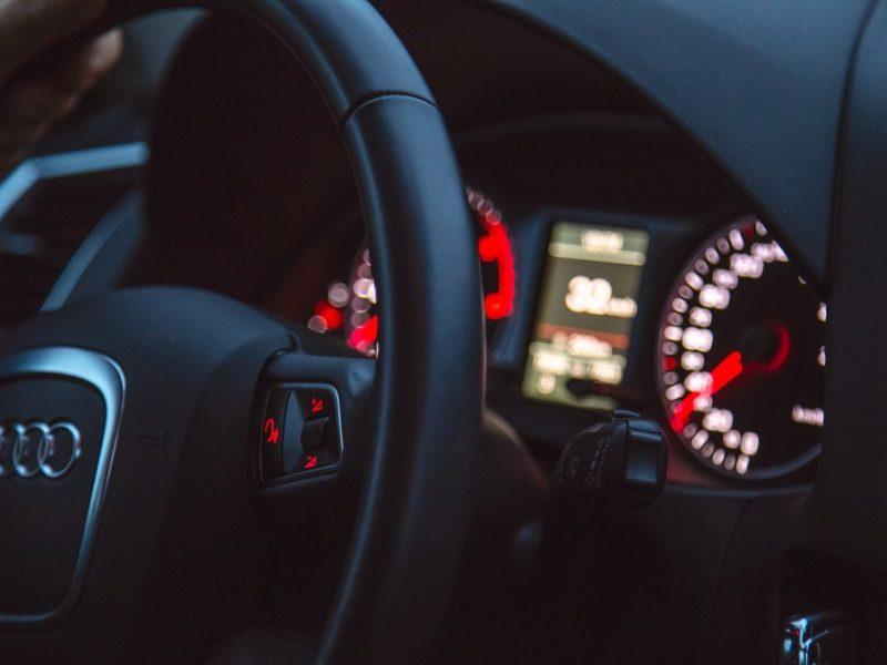 Mažeikiuose neblaivus ir vairuotojo pažymėjimo neturintis vyras kliudė du automobilius