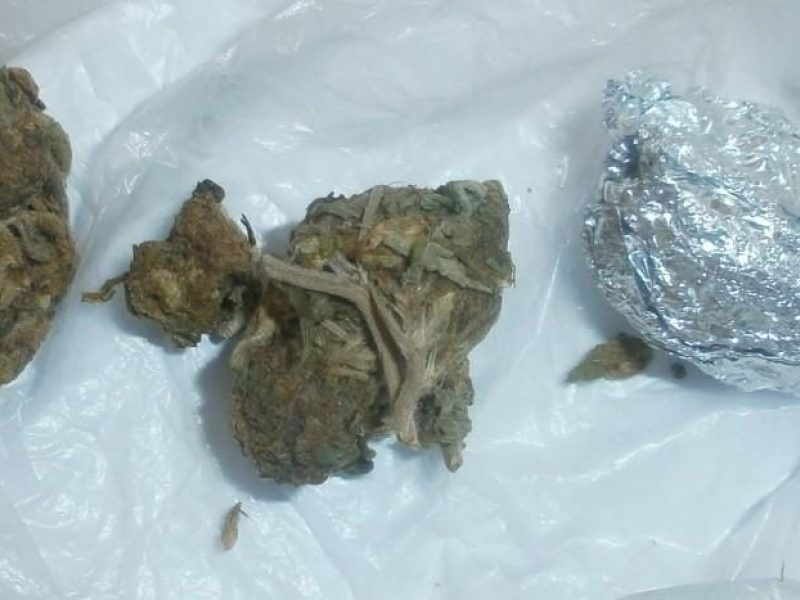 Girti vyrai prie policijos pareigūnų išmetė narkotikus