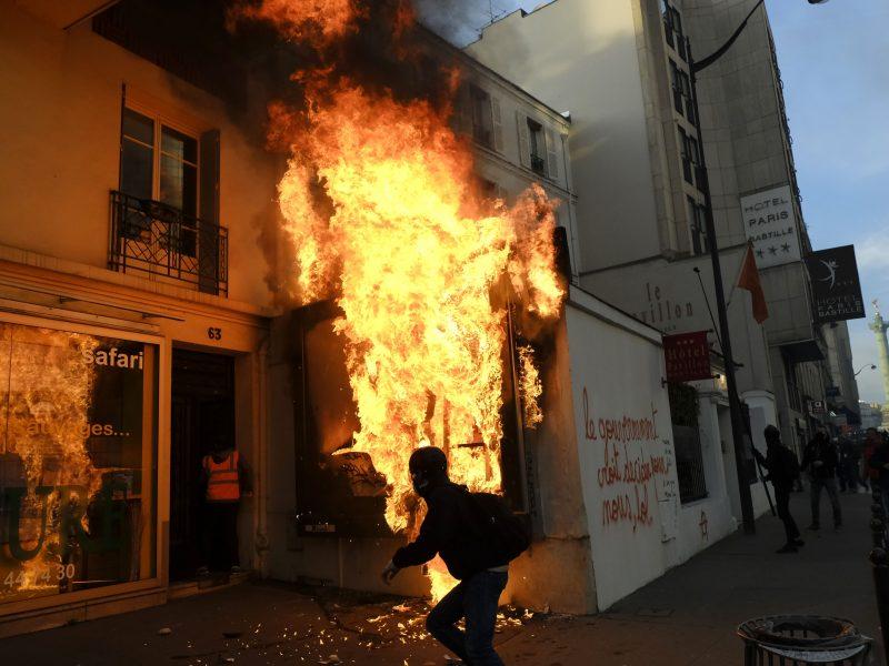 Prancūzijoje tęsiasi streikas nepaisant vyriausybės pasiūlyto kompromiso